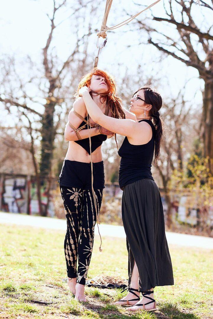 Shibari im Park # Muriel la Roja & Afsana Kink - 14